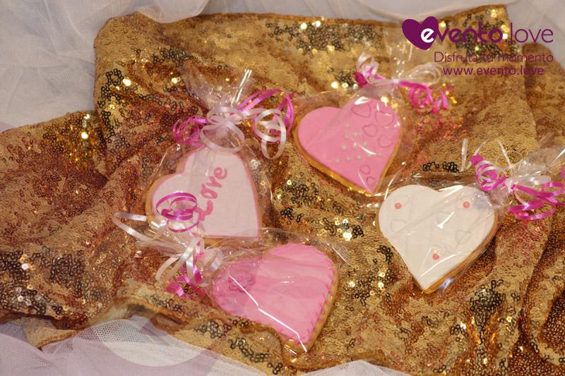 Detalles boda galletas rosa y blanco corazón Love sobre tela dorada