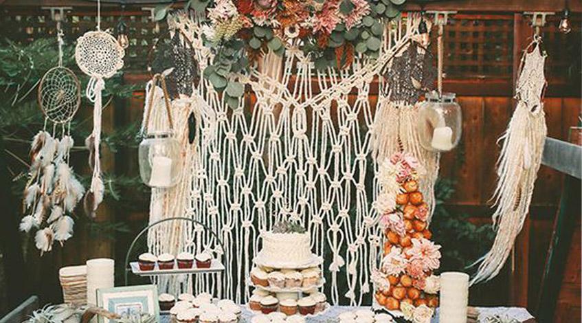 bohochic-decoración-boda-hippie-bohemio-hojas-flores-velas-madera-puntilla