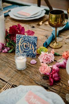 boho chic decoración vela copa dorada flores mesa madera