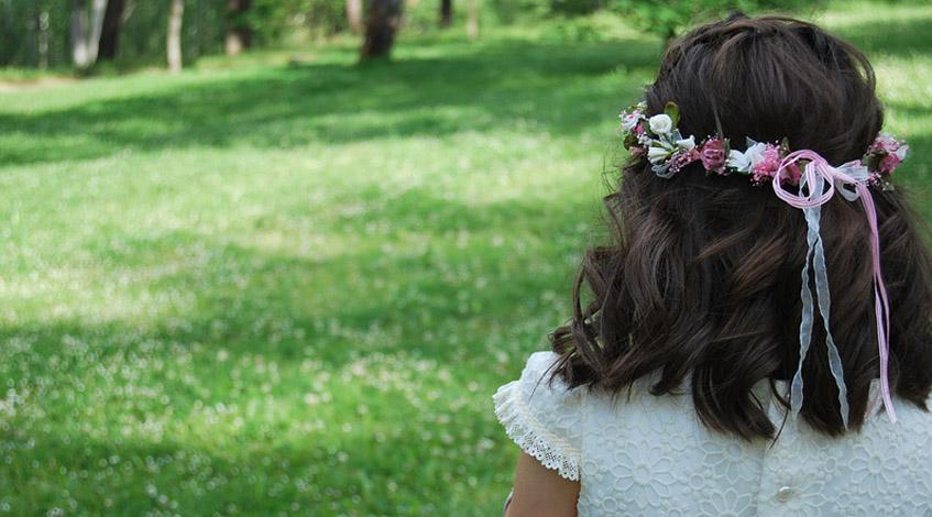 Comunion Madrid Primera comunión organizar una primera comunión niña espaldas jardín pelo