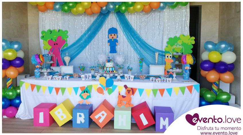 El Primer Cumpleaños de Ibrahim con Pocoyó decoración mesa globos