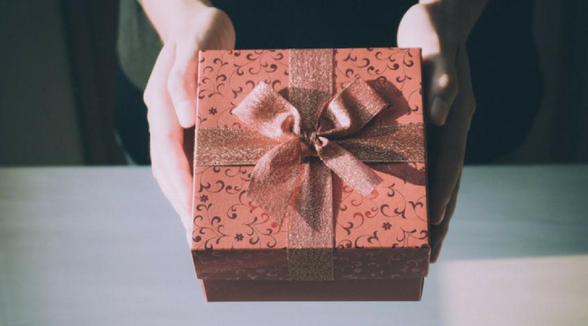 Ideas de regalo para una boda, una comunión o un bautizo paquete rojo lazada Madrid