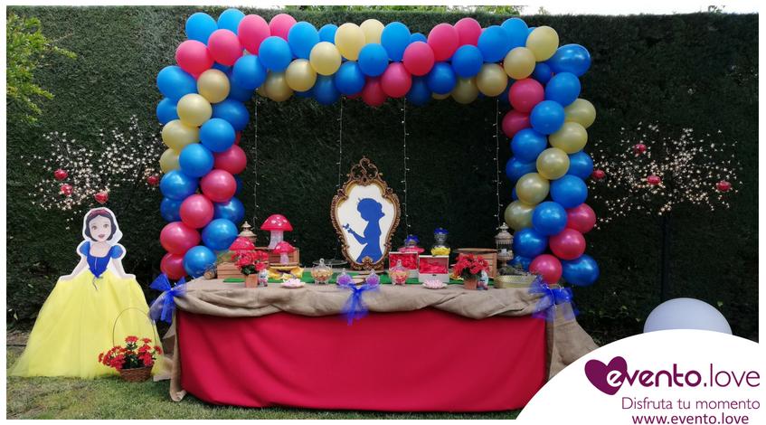 Cumpleaños de Blancanieves para Adriana árbol manzanas caramelizadas espejito arco globos enanitos