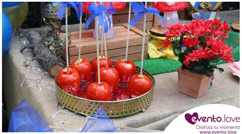Manzanas caramelizadas cumpleaños blancanieves lazos azules mesa dulce