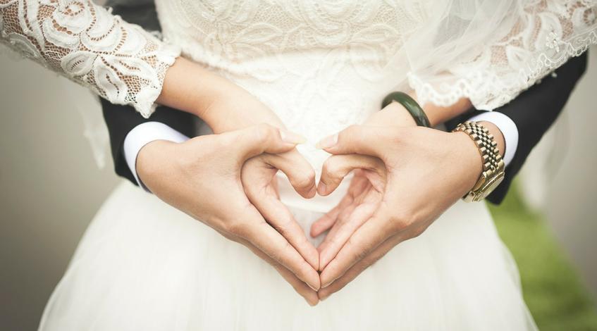 pautas fundamentales para una boda civil en Madrid- Manos-novios-casarse-boda-altar-traje-de-novia-blanco
