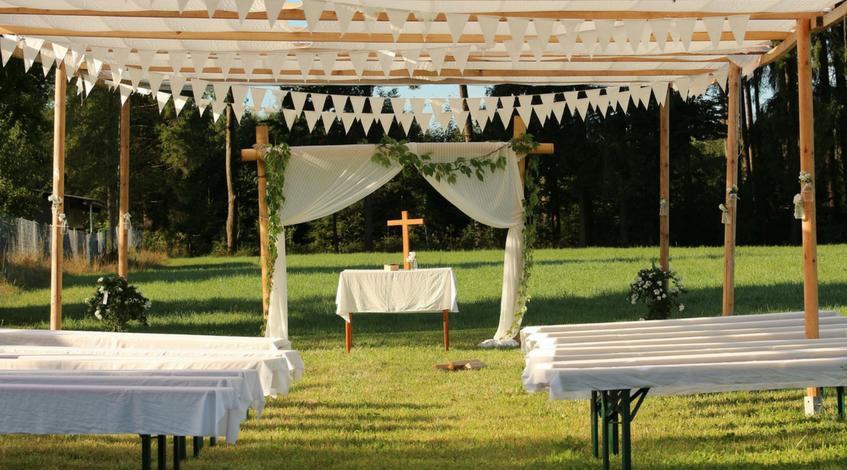 altar exterior aire libre hierba elementos imprescindibles en la ceremonia de boda ceremonia civil oficiante Madrid