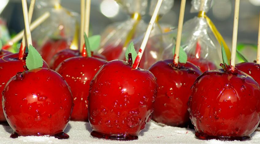 Origen de las manzanas caramelizadas manzanas caramelizadas catering evento boda mesa dulce madrid manzanas de caramelo dulces rojas.