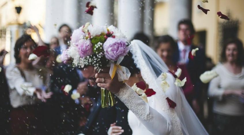 novia ramo flores organización boda primera entrevista con el oficiante de ceremonias