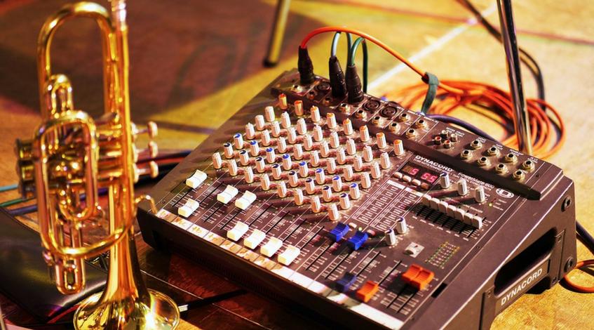 contratar un DJ para una fiesta Madrid celebración evento boda cumpleaños mesa mezclas música animación