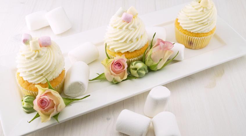 decoración con flores para una primera comunión meesa dulce chuches cupcakes niña Madrid evento