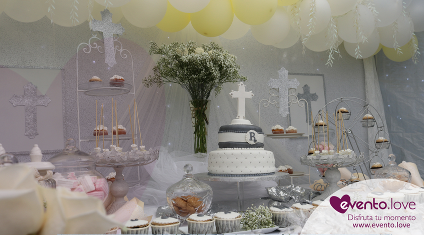 triple celebración en el jardín mesa dulce globos tarta personalizada temáticas bautizo comunión blanco