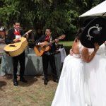 Paola y Azucena: una boda con un cóctel al aire libre y mariachis sorpresa