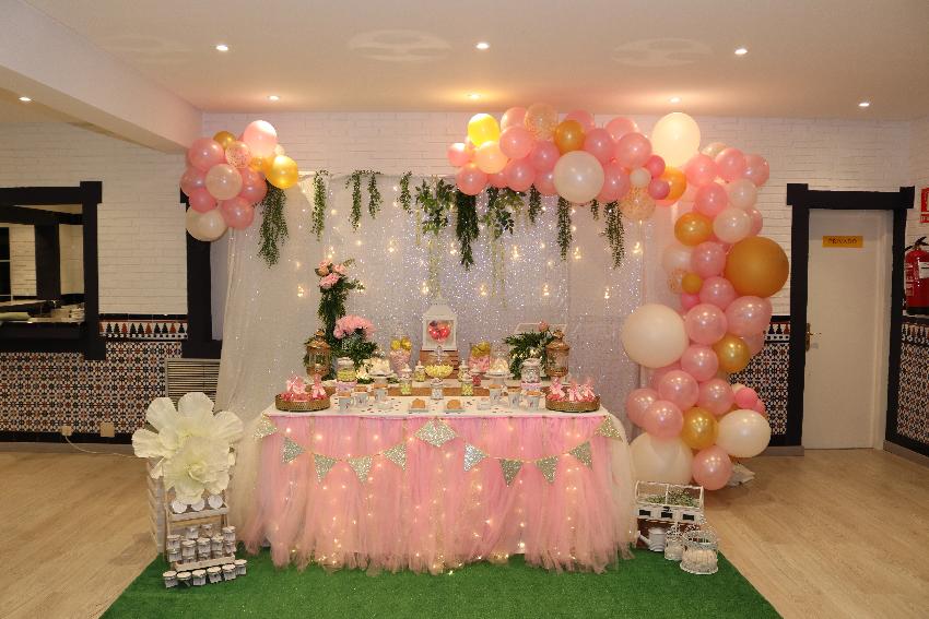 estructura de globos rosa y dorado
