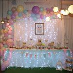 Un bautizo de mellizos con una espectacular mesa dulce con drip cake