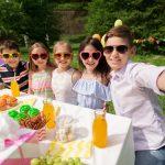 Cumpleaños con familia y amigos: dos fiestas, menos gente y más diversión
